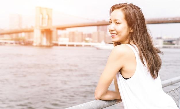 マンハッタンのスカイラインを探している若いアメリカ人女性