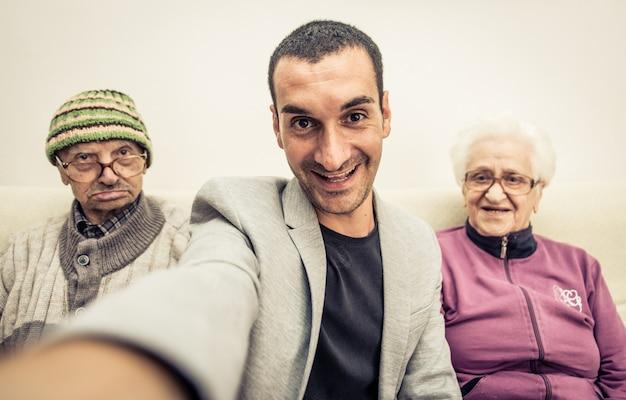 Семейное селфи с бабушкой и дедушкой