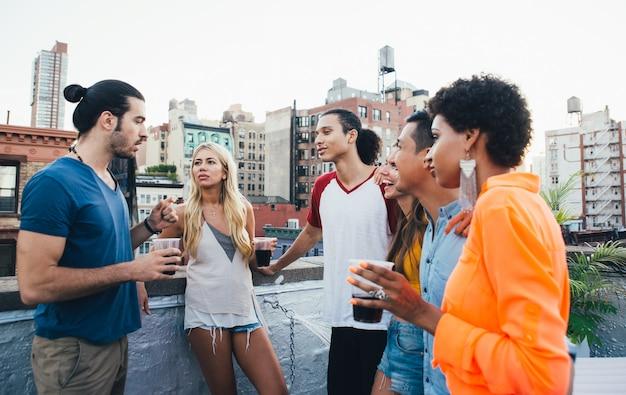 Группа друзей проводить время вместе на крыше в нью-йорке, концепция образа жизни с счастливыми людьми