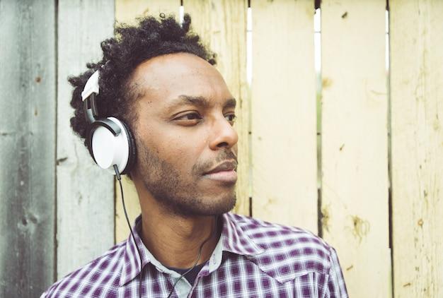音楽を聴く若いアフリカ人