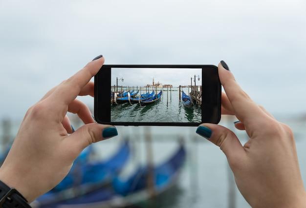 Принимая селфи с телефоном в венеции
