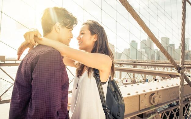 若いカップルがブルックリン橋でキス
