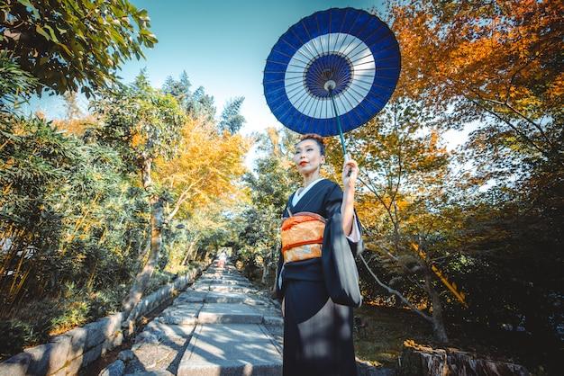 村を歩いて美しい日本の年配の女性。典型的な日本の伝統的なライフスタイル