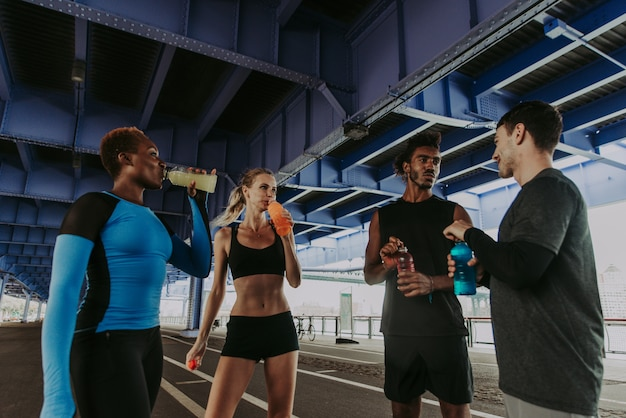ニューヨーク市、スポーツとフィットネスについての概念的なシリーズの路上で実行されている都市ランナーのグループ