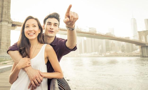 ニューヨーク市で時間を過ごす若いカップル