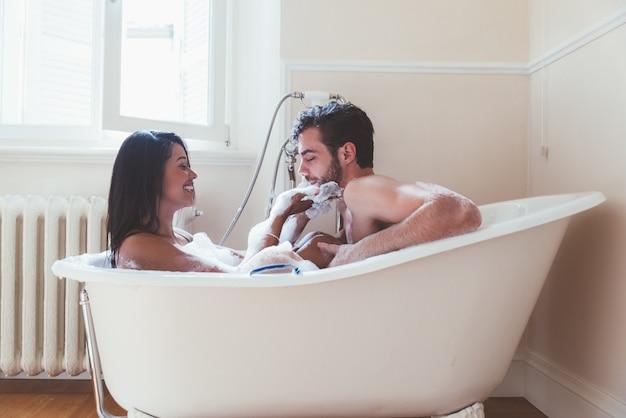 Пара в любви, проводить время вместе в доме. романтические моменты в ванной