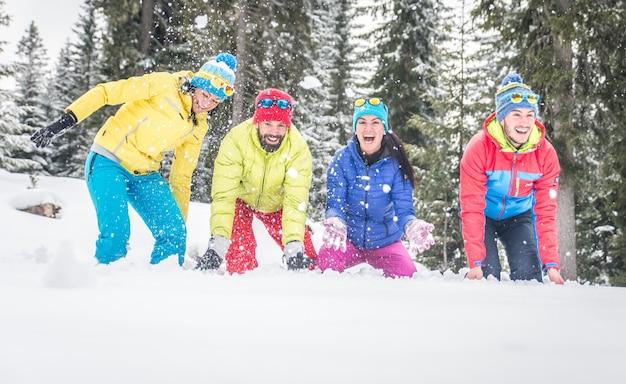 Группа друзей, играющих в снегу