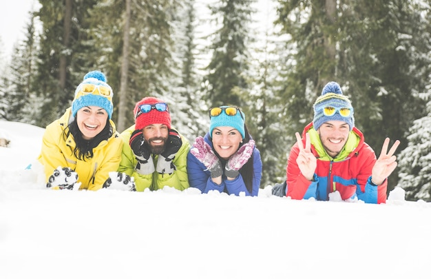 Друзья веселятся на снегу