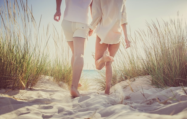 若いカップルがビーチで幸せと愛の気分を共有