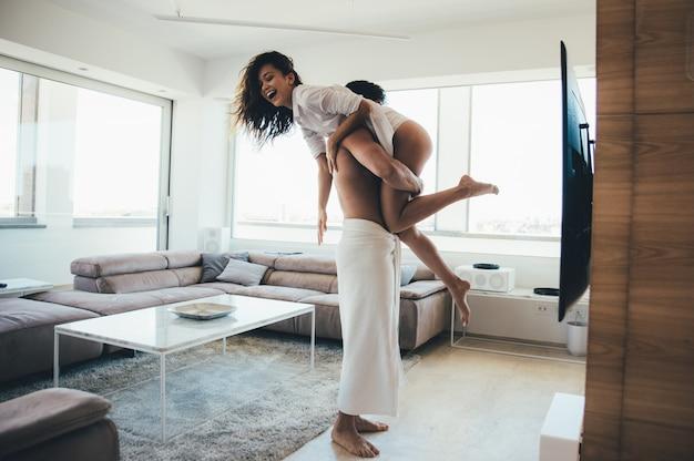 Молодая пара образ жизни моменты дома
