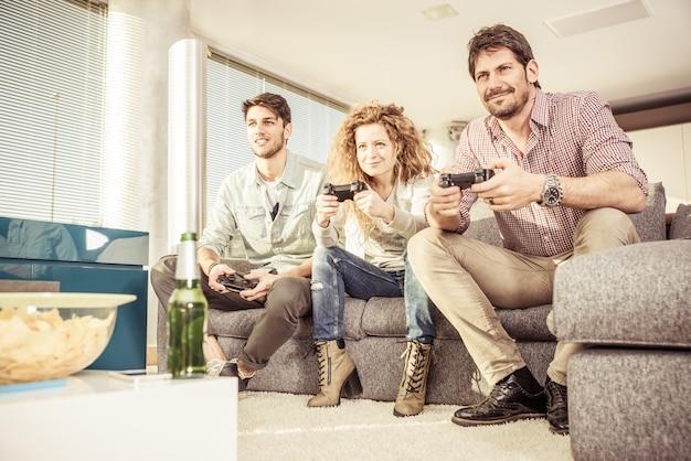 Друзья играют в видеоигры в гостиной