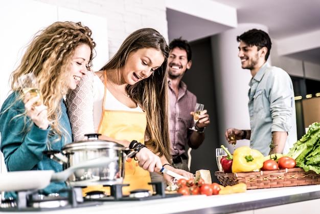 Группа друзей обедает дома