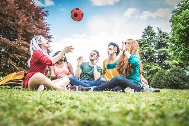 Группа молодых людей в парке