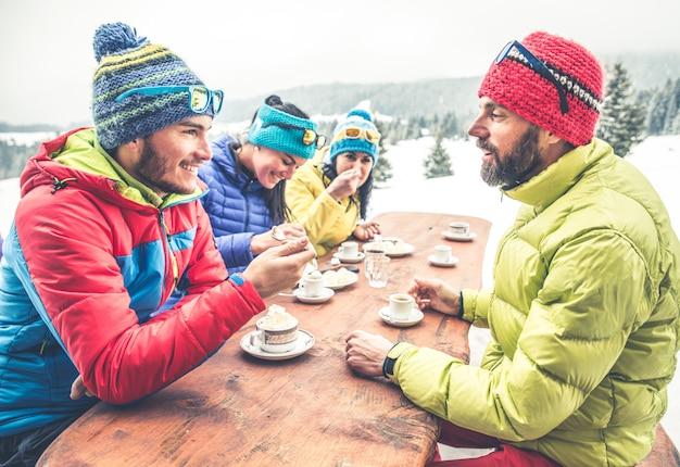 Сноубордисты в ресторане