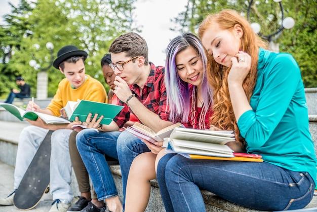Молодые студенты на открытом воздухе