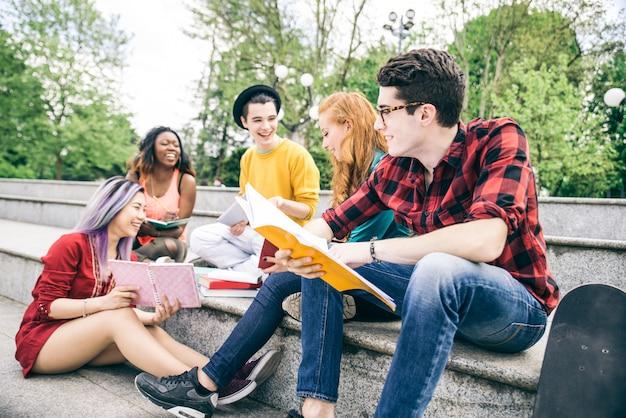 Студенты делают домашние задания на открытом воздухе