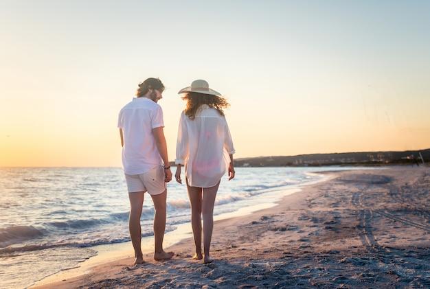 Пара на тропическом пляже