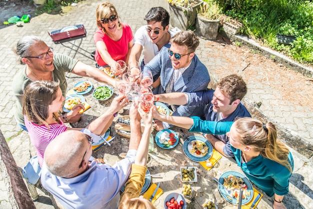 Друзья едят на вечеринке с грилем