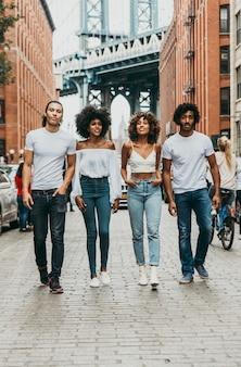 Группа друзей, проводящих время вместе в нью-йорке
