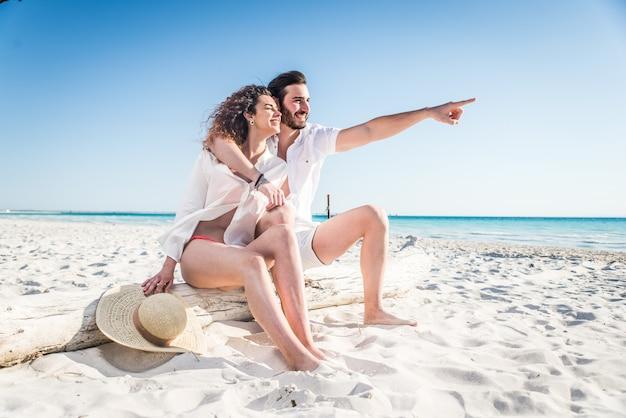 熱帯のビーチをカップルします。