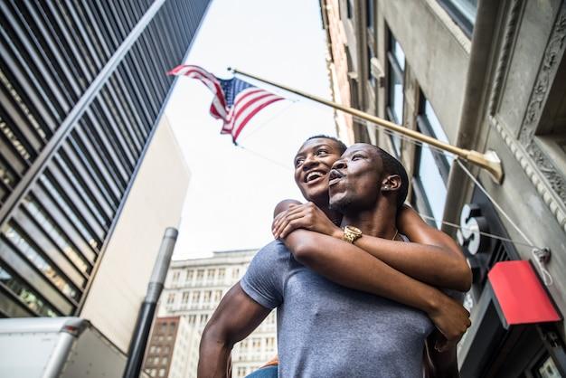 アメリカの国旗の下で黒のカップル