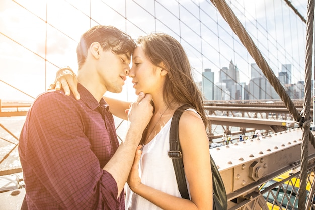 カップルがニューヨークでキス
