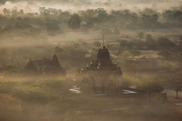 Аэрофотоснимок исторического храма в багане. пагоды и буддийские храмы в джунглях