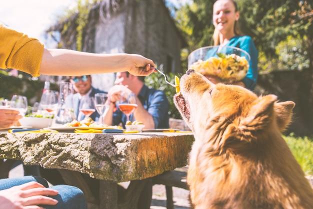 屋外を食べている友人のグループ