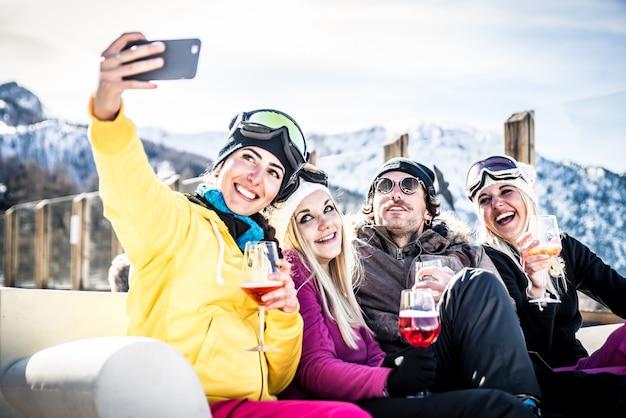 スキーリゾートで楽しんでいる友人のグループ