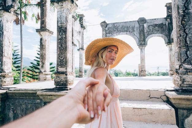 バリ島の水の宮殿で美しい少女