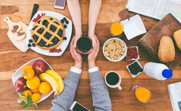 Пара завтракает дома