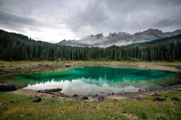 山の湖とイタリアのアルプスで撮影した美しい風景