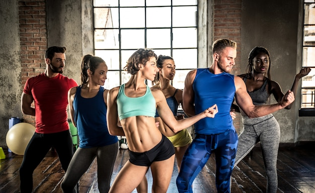 Класс профессионального танцора в спортзале