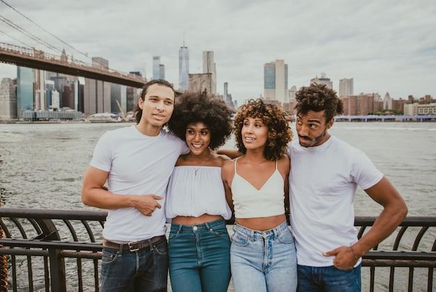 ニューヨーク市で一緒に時間を過ごす友人のグループ