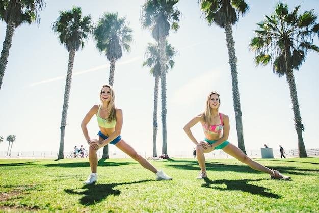 ビーチでトレーニングフィットネス女性