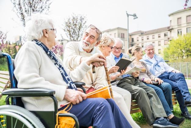 Пожилые люди, прогулки на свежем воздухе