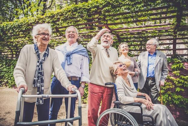 野外を歩いている高齢者