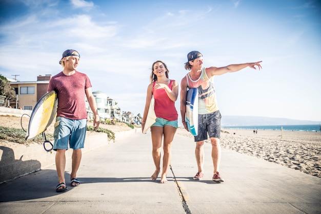 Серферы на пляже