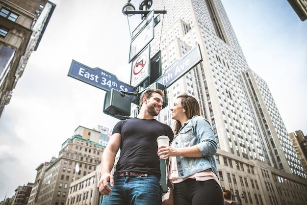 ニューヨークを歩くカップル