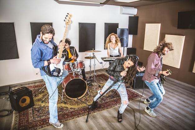 Рок-группа играет в студии звукозаписи