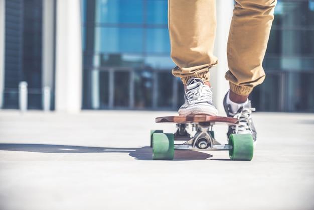 通りのスケートボーダー