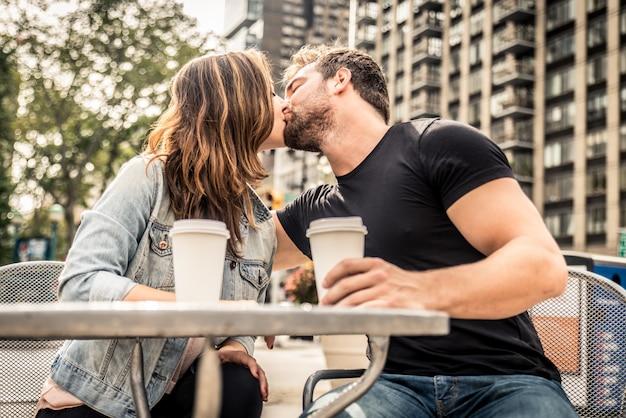 Пара в баре на открытом воздухе