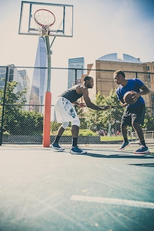 屋外で遊ぶバスケットボール選手
