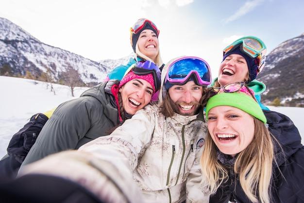 冬休みにスノーボーダーのグループ