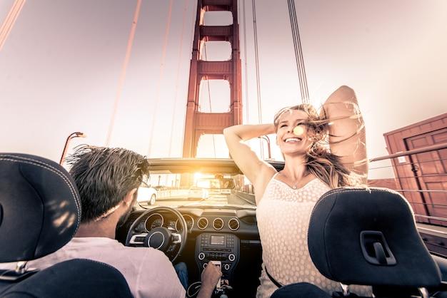 サンフランシスコで運転するカップル