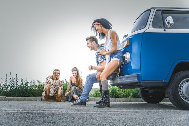 Счастливые друзья за рулем старинного минивэна