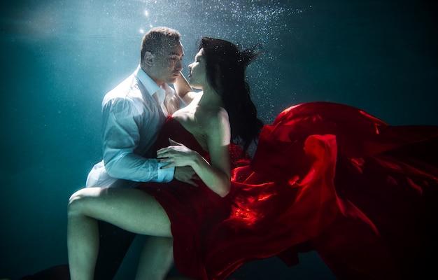 水中泳いでいるカップル