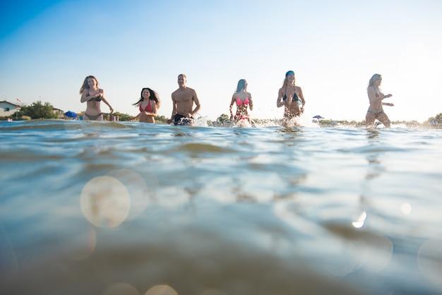 Друзья веселятся на море