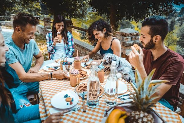 農家で朝食をとり友達のグループ