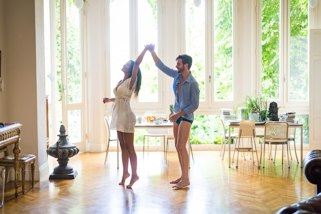 自宅で踊る若いカップル